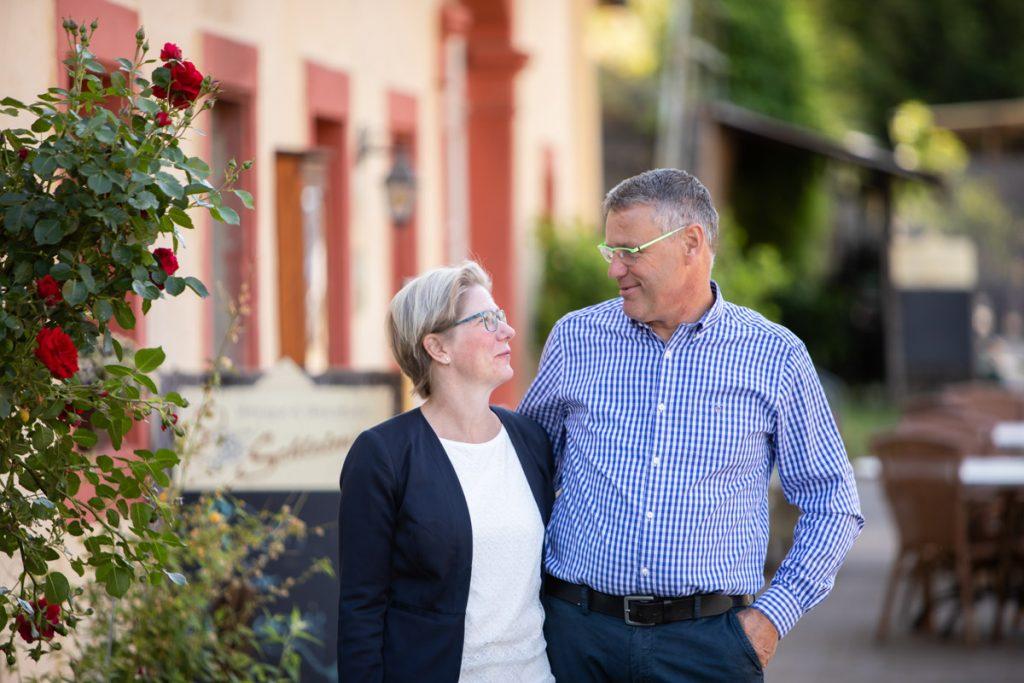Peter und Sandra Schleimer grinsen sich an